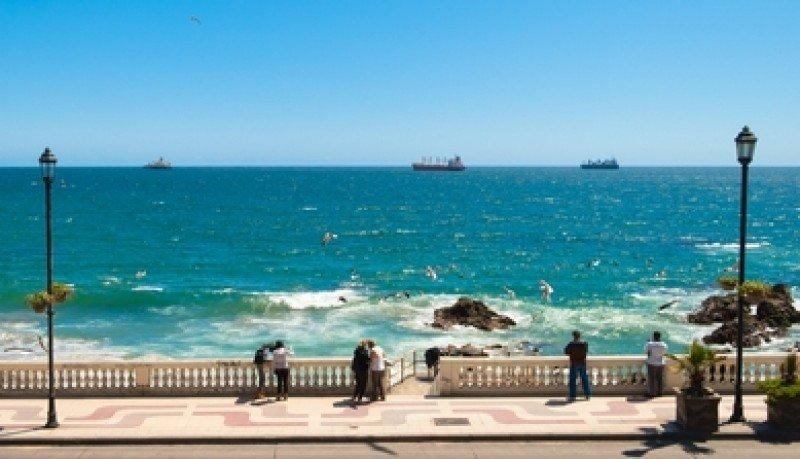 Visitantes recorren la rambla de Viña del Mar. #shu#