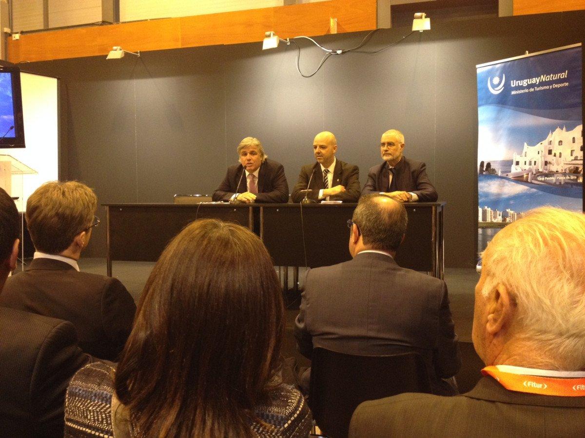 De izquierda a dercha, el embajador uruguayo en España, Francisco Bustillo; el viceministro de Turismo, Antonio Carámbula, y el director nacional de Turismo, Benjamín Liberoff.