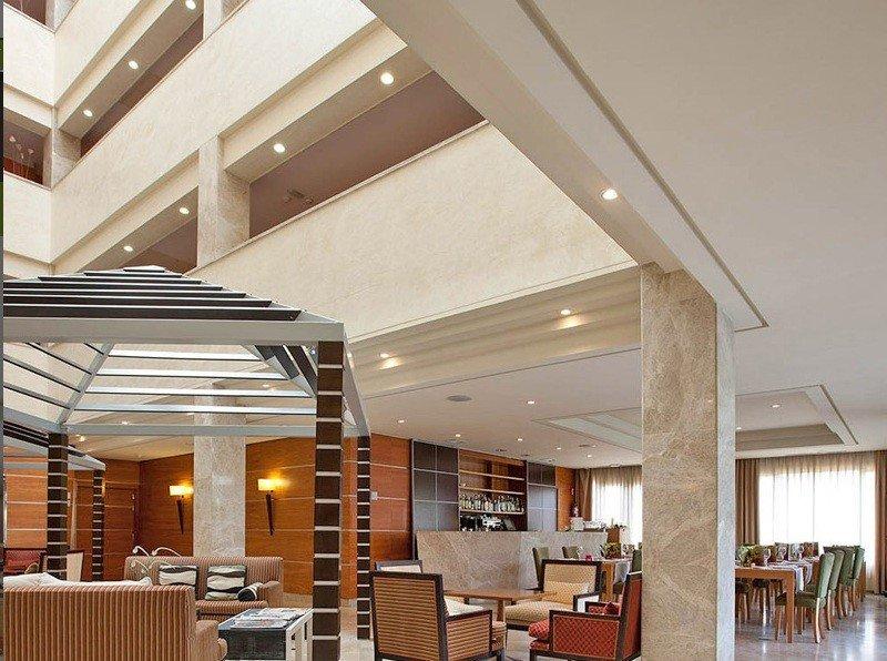 El Exe Getafe distribuye sus 112 habitaciones en un moderno edificio de cuatro plantas con un gran patio central.