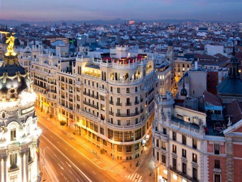 El hotel se ubica en el nacimiento de la Gran Vía, próximo a los centros de interés cultural y ocio de la capital.