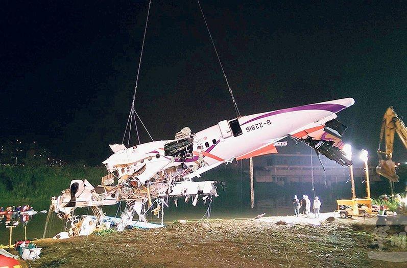 El avión cayó a un río pocos minutos después de despegar.