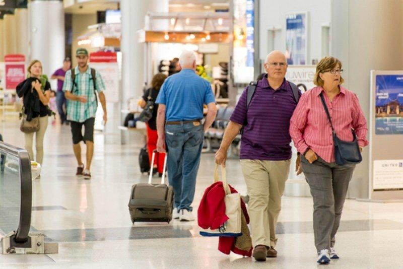 Pasajeros en un aeropuerto. #shu#