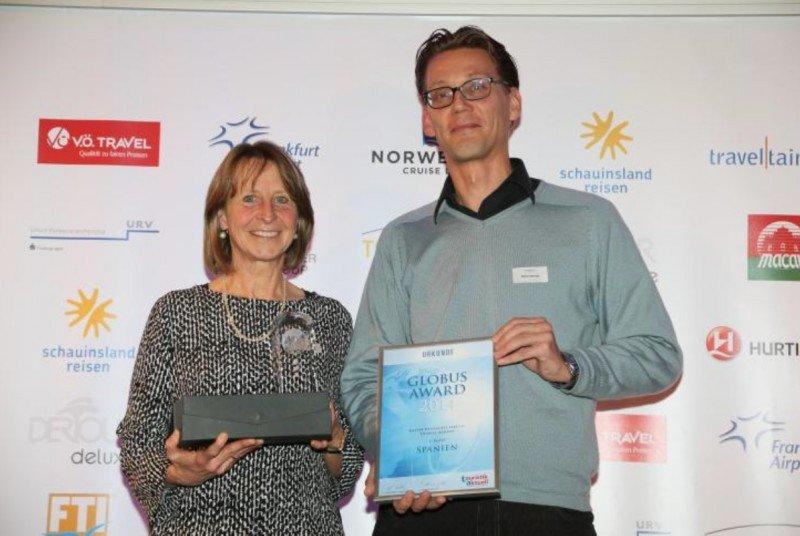 Carmen Frentiu, del departamento de prensa de la OET en Frankfurt, y Stefan Schmidt, responsable de marketing de la OET de Frankfurt, en la entrega del premio Globus Award 2014.