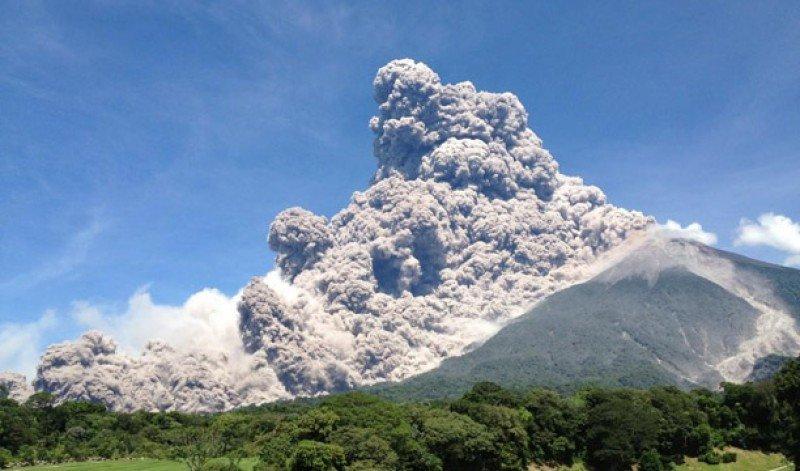 Interrumpidas las operaciones en el aeropuerto de Ciudad de Guatemala por la erupcion de un volcán