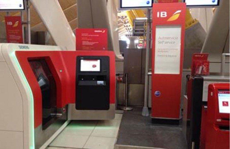 Iberia implanta en Madrid-Barajas el autoservicio en facturación y entrega de equipajes