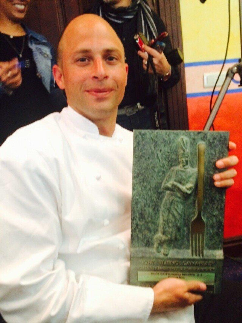 El chef ejecutivo Víctor Bossecker durante la recogida del premio.