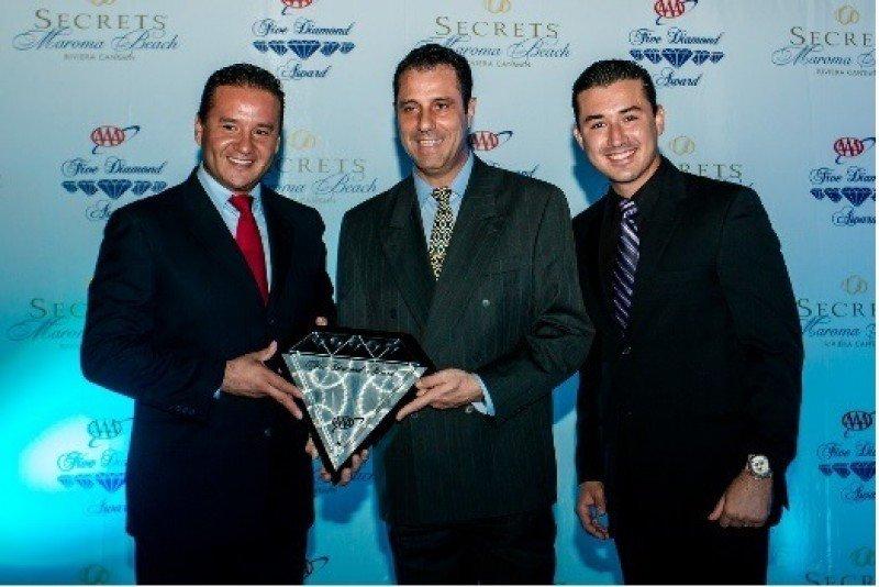 De izquierda a derecha, Iván Santos, Gino Autiero y Carlos Cepeda, directivos del Secrets Maroma Beach.