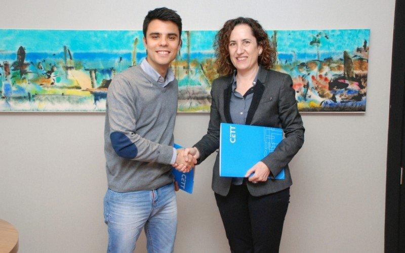 Marc Perea, cofundador de BCN Moments, con Maria Abellanet, directora de la Escuela Universitaria de Turismo CETT, en la firma de un convenio de colaboración para impulsar el Congreso de Estudiantes de Turismo.