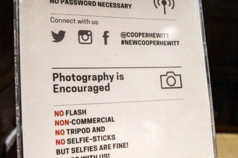 Selfies en los museos sí, con palo no
