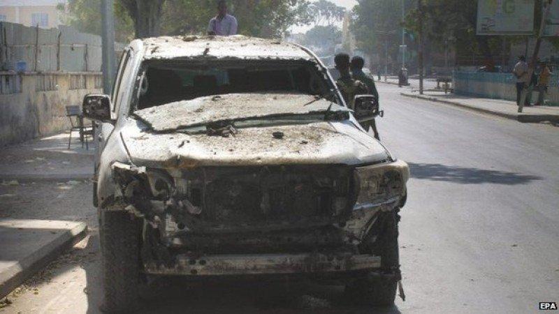 Un coche destrozado por la explosión. Foto BBC.