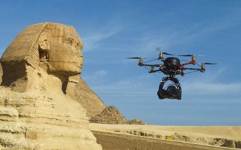 Un drone junto a la esfinge de Guiza, Egipto, tomando imágenes de este sitio histórico. Foto: Airpano