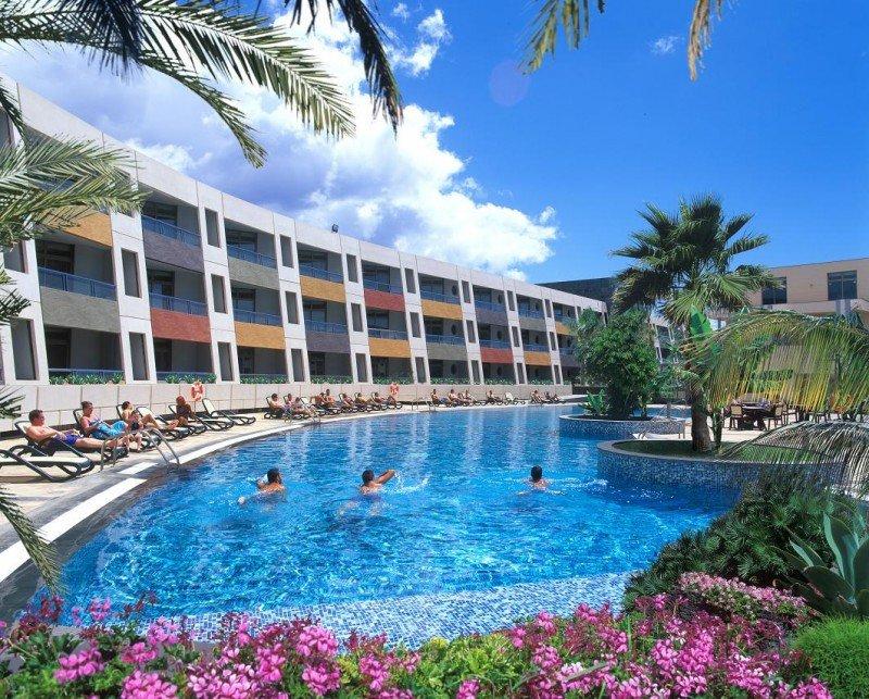 El Checkin Geranios Suites and Spa cuenta, además de con piscina y zonas ajardinadas, con spa, piscina climatizada y salón de belleza, entre otras instalaciones.