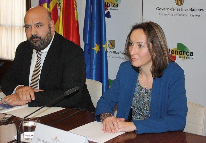 El consejero de Turismo y Deportes de Baleares, Jaime Martínez, y la directora general de Turismo, Montserrat Jaén.
