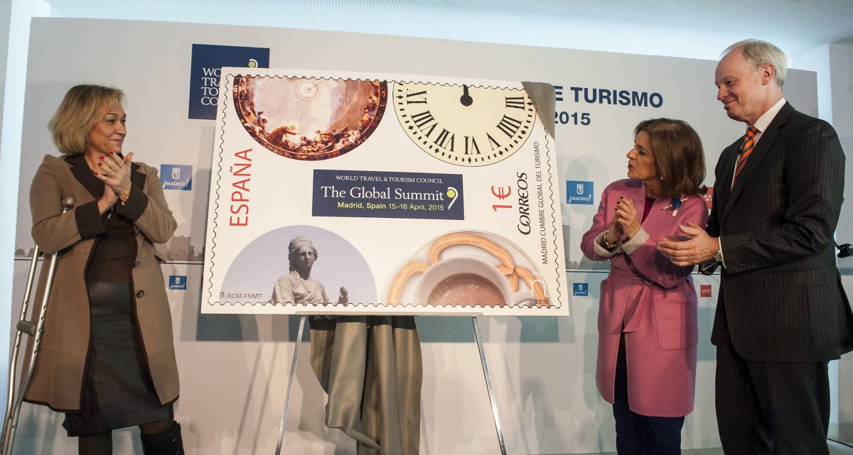 Ana Isabel Mariño, Ana Botella y David Scowsill dieron a conocer el sello que Correos ha diseñado en conmemoración de la cumbre.