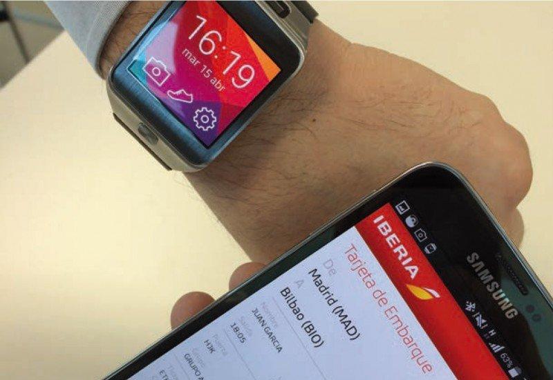 """La tecnologia """"wearable"""" va entrando en la industria turística. Por ejemplo, Iberia ha lanzado la tarjeta de embarque en el smart watch."""