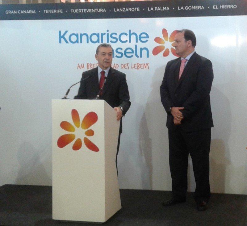 El presidente del Gobierno de Canarias, Paulino Rivero, con el viceconsejero de Turismo, Ricardo Fernández de la Puente, en la presentación en la ITB.