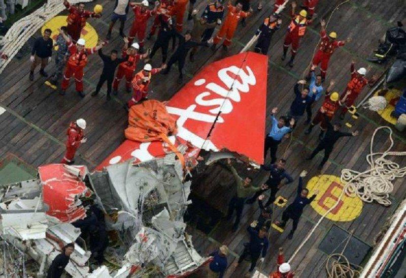 Suspenden la búsqueda de pasajeros desaparecidos de AirAsia