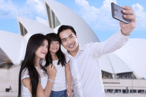 Para la mayoría de estos jóvenes, el smartphone es el único medio para conectarse a internet.#shu#