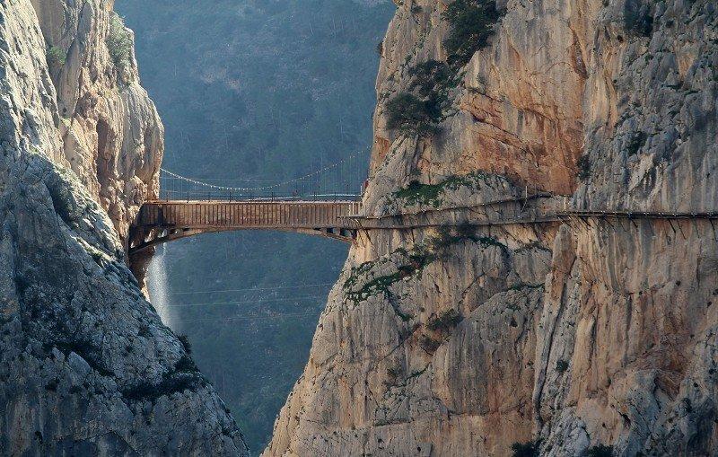Puente del Caminito del Rey a través del desfiladero de los Gaitanes.
