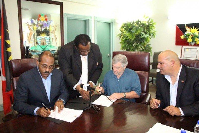 Robert De Niro mientras firmaba el acuerdo en Antigua y Barbuda.