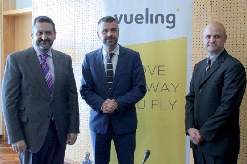 (De Izq. A Da.) Álex Cruz, presidente de Vueling; Santi Vila, conseller de Territorio y Sostenibilidad de la Generalitat; y José Blázquez, responsable de American Airlines en España y Portugal.