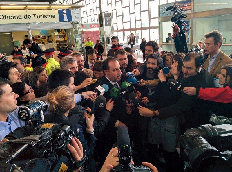 El consejero de interior de la Generalitat Ramon Espadaler atendiendo a los medios en la T2.