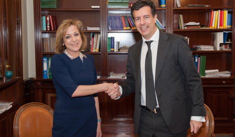José María Hoyos, director de la división minorista de Globalia, y Mª Luisa Lamela, directora general de Racionalización y Centralización de la Contratación del Ministro de Hacienda y Administraciones Públicas.