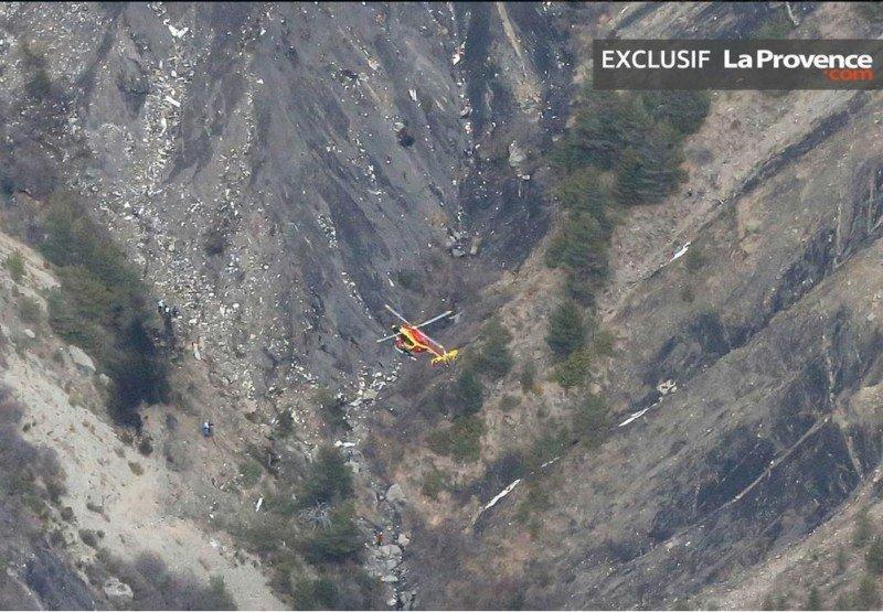 Los equipos de rescate llegan a los restos del vuelo 4U9525 de Germanwings