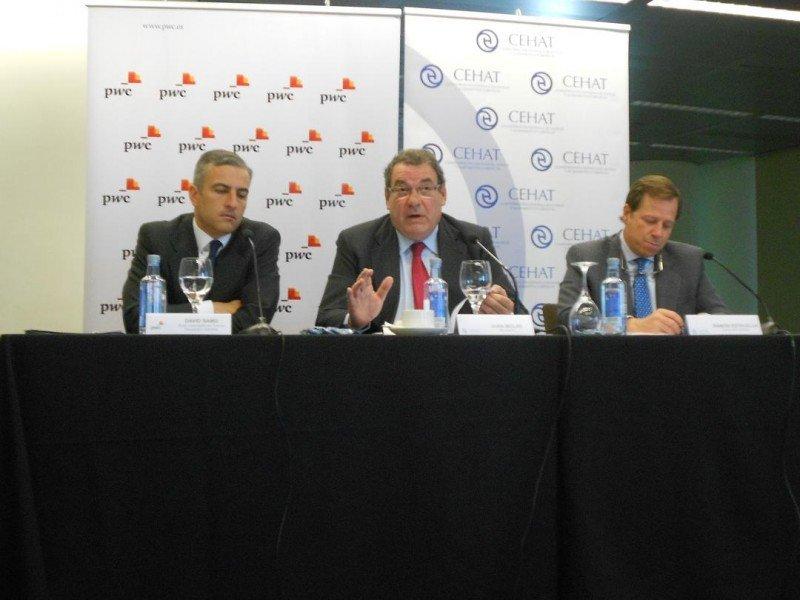 De izq. a dcha, David Samu, socio responsable de Turismo, Transporte y Servicios de PwC; Joan Molas y Ramón Estalella.
