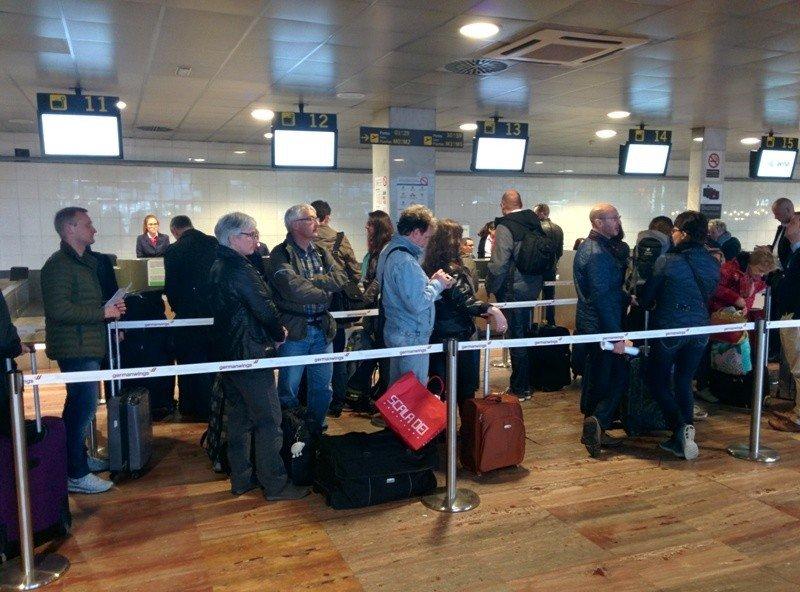 Pasajeros esperando para facturar ayer a las seis de la tarde en la T2 del aeropuerto de Barcelona, frente a los mostradores de Germanwings.