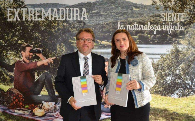Víctor del Moral y Elisa Cruz, en la presentación del Anuario del Turismo de Extremadura.