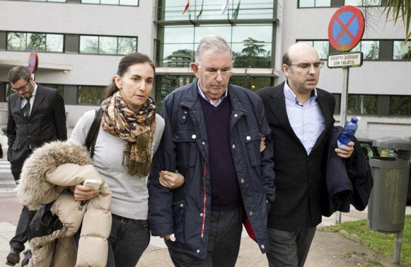 Carlos Américo con sus hijos a la salida del juzgado.