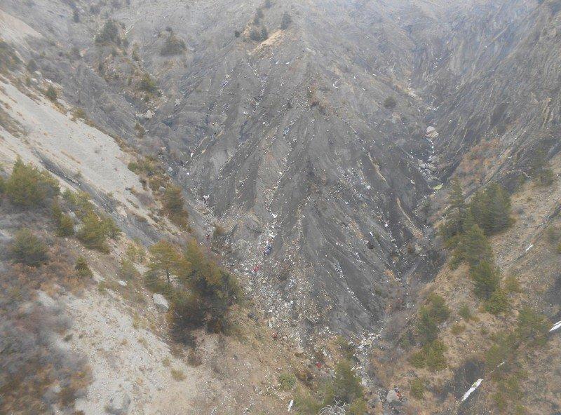 El lugar del accidente, entre dos crestas de montaña, tiene una superficie de uan dos hectáreas, según la BEA.