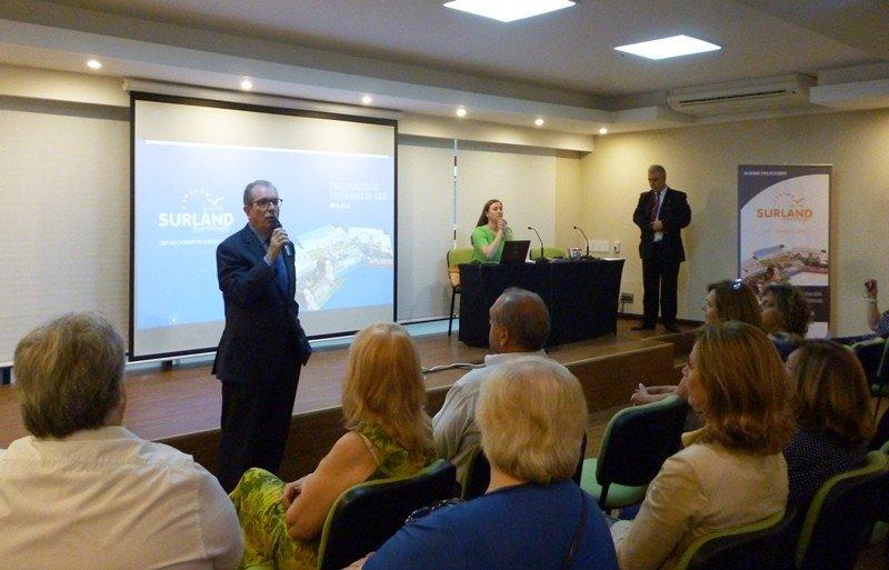 Tomás Navarrete durante la presentación de Surland en Montevideo.