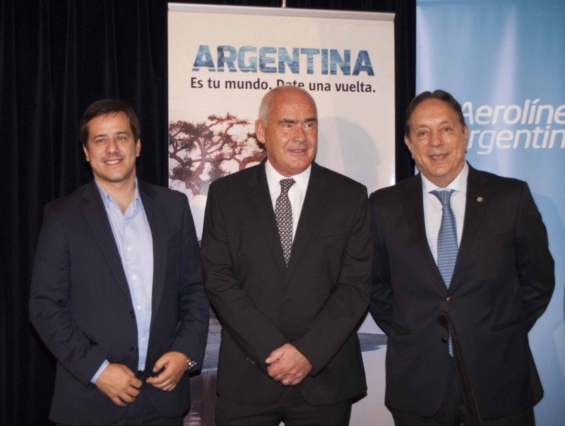 Izq a der: Mariano Recalde (Aerolíneas Argentinas); Enrique Meyer (MINTUR); Oscar Ghezzi (CAT).