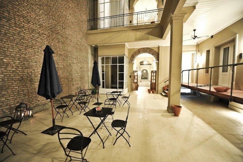 El hotel es un antiguo conventillo reciclado.