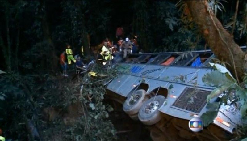 El ómnibus cayó en una zona de espesa vegetación: Foto: captura O Globo TV