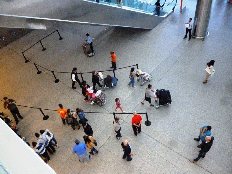 Pasajeros en puerta de arribos del Aeropuerto Internacional de Carrasco.