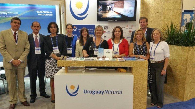 Delegación de Uruguay en el stand de Cruise Shipping Miami 2015.
