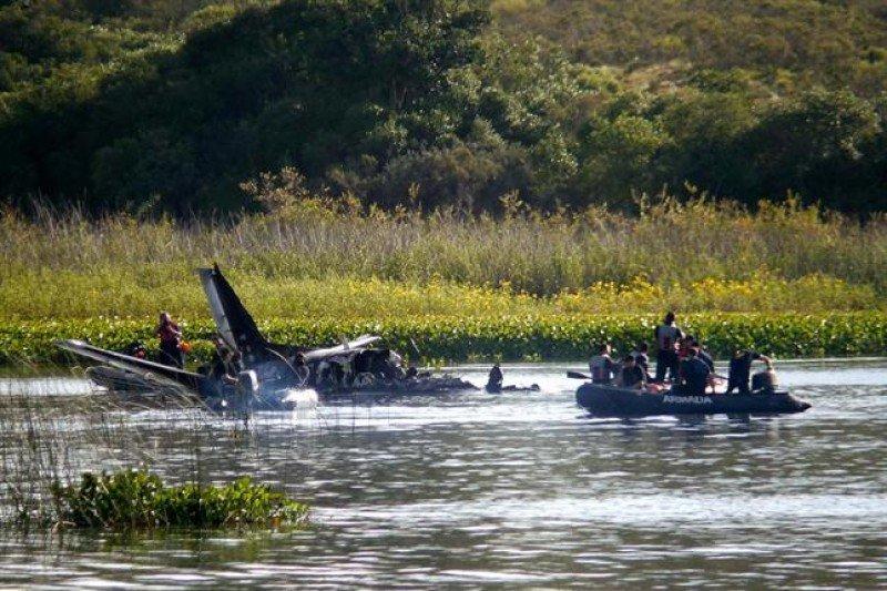 El avión quedó semisumergido en la Laguna del Sauce. Foto: La Nación