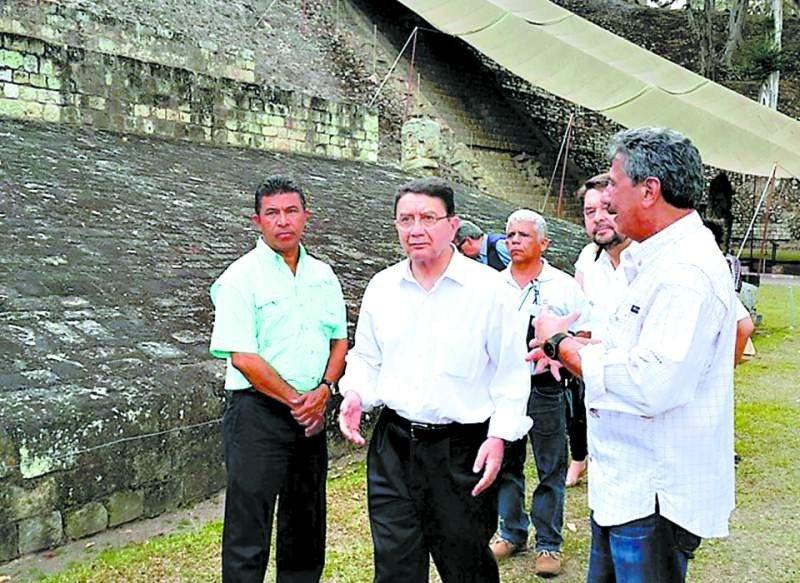 Autoridades de la OMT recorriendo el sitio arqueológico de Copán.