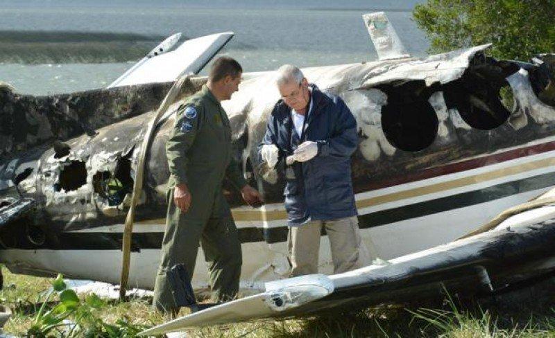 Técnicos realizan pericias en los restos del avión accidentado. Foto: Ricardo Figueredo, El País.
