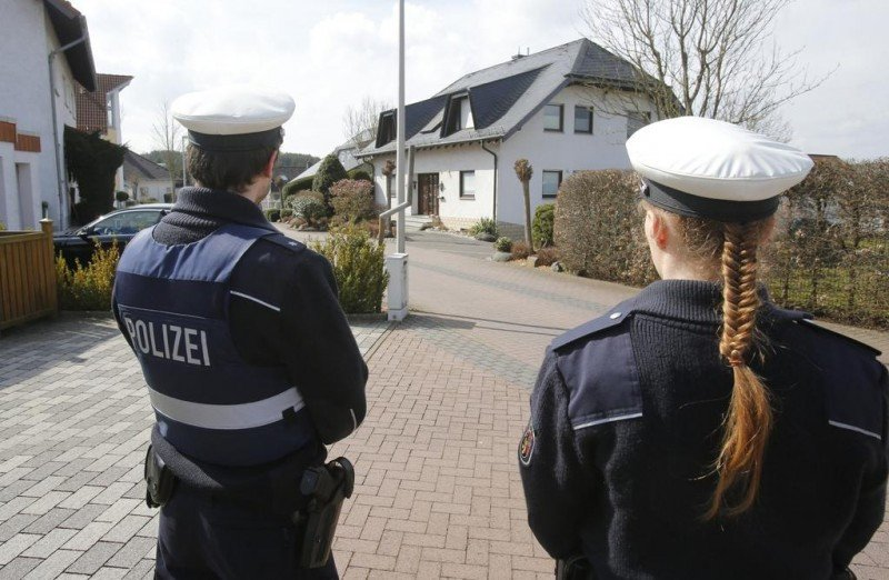 La Policía de Düsseldorf registra la casa de Lubitz. Foto: Reuters