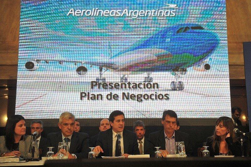 Mariano Recalde y el equipo gerencial de Aerolíneas presentando balance y plan de negocios en el Parlamento argentino.