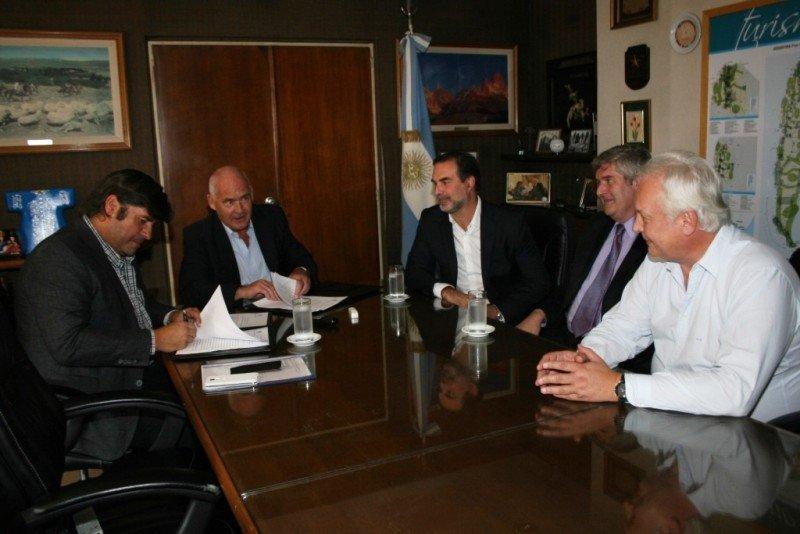 Fabricio Di Giambattista, Enrique Meyer y otras autoridades en la firma del acuerdo.