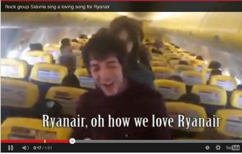 Una canción protesta grabada en un avión de Ryanair se hace viral