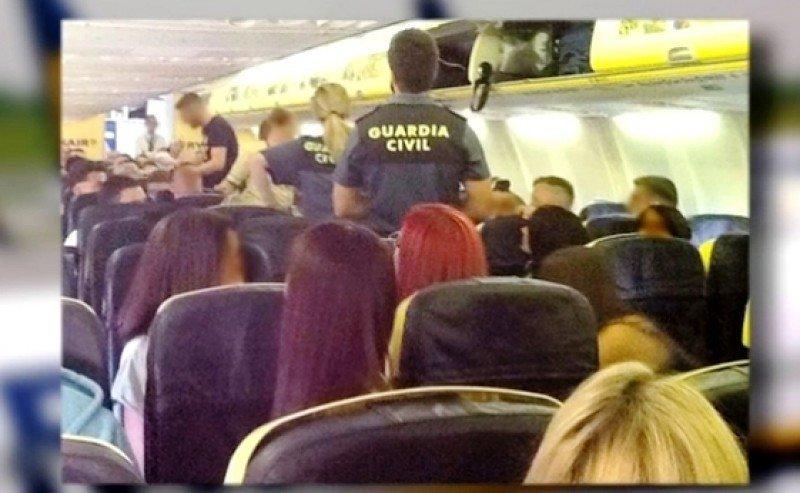 Agentes de la Guardia Civil sacan del avión de Ryanair a un grupo de escoceses borrachos a su llegada a Ibiza, en un vuelo en el verano de 2013 (Foto archivo, Antena 3).
