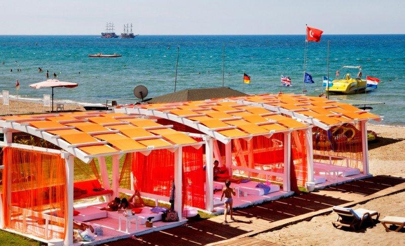 Instalaciones para los bañistas en una playa de Turquía.