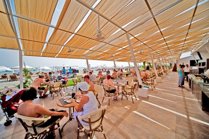 Chiringuito en la playa, con buffet libre, de un hotel todo incluido en Turquía.