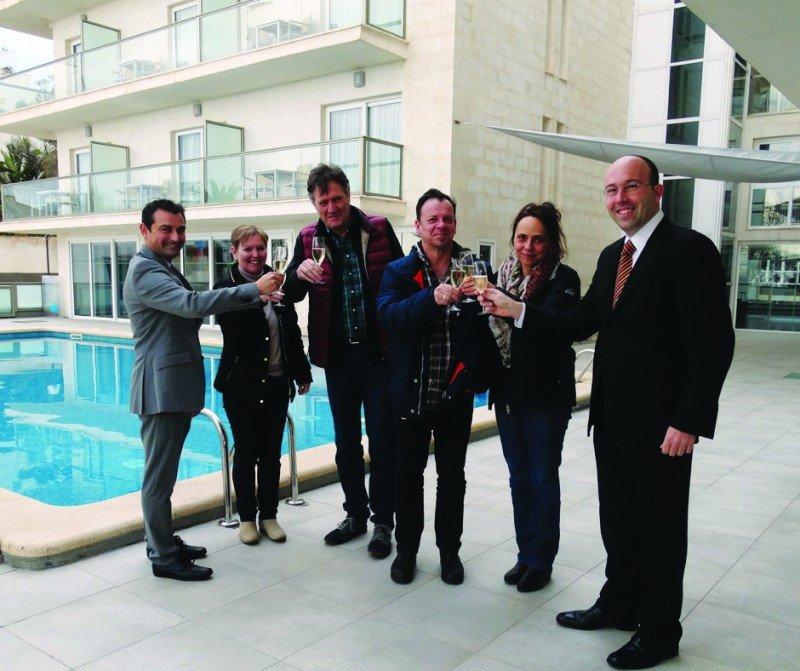 En el extremo derecho el director del Som Fona, Andreu Garí, y en extremo izquierdo el socio-fundador de Som Hotels, Joan Enric Capellà, brindando con los primeros clientes del hotel.